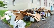 Изхвърляне на битови боклуци, стари мебели