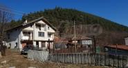 Голяма масивна селска къща близо до гора с красив изглед към Стара планина